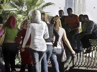 شباب مصريون يعاكسون شابات مصريات في القاهرة، الصورة: اأ.ب