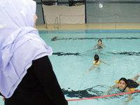 طلبة مسلمون في حوض السباحة، الصورة: دب.ا