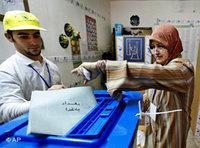 مواطنة عراقية تدلي بصوتها، الصورة أب