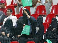نساء سعوديات يشجعن المنتخب السعودي، الصورة د ب أ