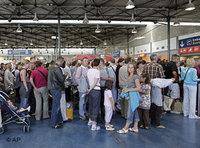 تفتيش الجوازات في مطار شارل ديغول في باريس، الصورة أ ب