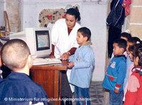 معلمة في حوار مع فتيات وفتيان بإحدى الكتاتيب في مدينة بنزرت بالشمال التونسي الصورة دويتشه فيله