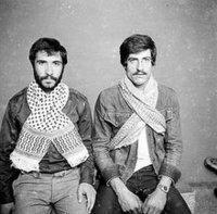 رجلان يضعان الكوفية الفلسطينية، الصورة: المؤسسة العربية للصورة