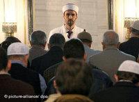 Prayer time in the Sehitlik mosque in Berlin (photo: dpa)