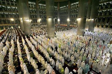 في رمضان تعمر المساجد بالمصلين، الصورة .أ.ب.