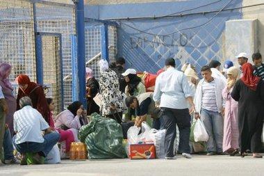 مهاجرون مغاربة وغيرهم  عند الحدود الأسبانية، الصورة د.ب.أ