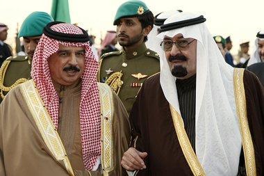 ، العاهل البحريني إلى الجانب العاهل السعودي الصورة ا.ب