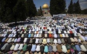 مسلمون يصلون الجمعة في القدس، الصورة أ ب