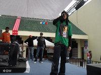مغني الراب التونسي، كنزي، أثناء أدائه حفلا غنائيا ، الصورة دويتشه فيله