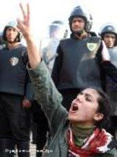 فتاة مصرية ترفع شارات النصر أمام أنظار قوات الأمن