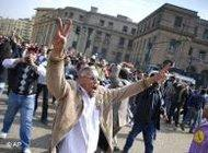متظاهر مصري يرفع شارات النصر .AP