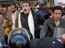 شباب مصري يواجه قوات الأمن المصري