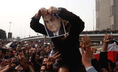 متظاهرون ضد الرئيس المصري حسني مبارك في ميدان التحرير بالقاهرة، الصورة أ ب