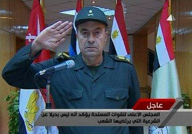 لواء مصري يؤدي التحية العسكرية إلى ضحايا الانتفاضة الشعبية الصورة  ا.ب