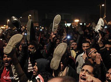 صورة للمتظاهرين المصريين وهم يلوحون بأحذيتهم . الصورة : د ب أ