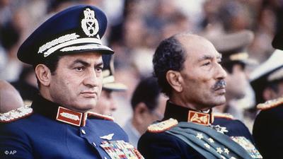 مبارك مع انور السادات. الصورة: أ ب