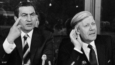 مبارك مع هلموت شميت 1982. الصورة : أ ب