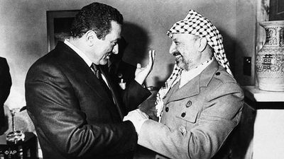 مبارك رفقة ياسر عرفات. الصورة: أ ب