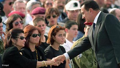 مبارك في اسرائيل مع ارملة اسحاق رابين. الصورة: د ب أ