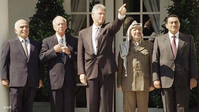 التوقيع على احدى اتفاقيات السلام بين إسرائيل والسلطة الفلسطينية في البيت الأبيض. الصورة: أ ب