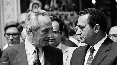 مبارك رفقة الوزير الأول الاسرائيلي آنذاك شمعون بيريز. الصورة: أب