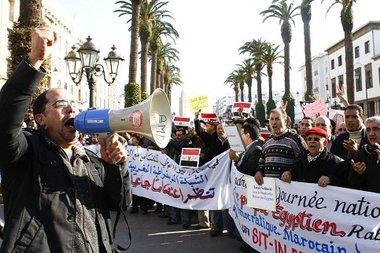 وقفات تضامنية مع ثورتي مصر وتونس وسط العاصمة الرباط.الصورة أ ب