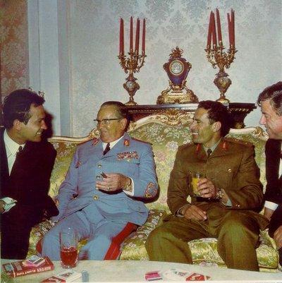 معمر القذافي مع الرئيس اليوغوسلافي تيتو. المصدر: ويكيبيديا