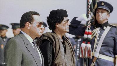 القذافي في مصر مع مبارك. الصورة: أب