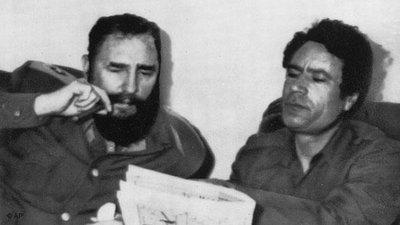القذافي وكاسترو. الصورة: أ ب