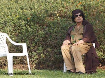القذافي بمفرده اما كرسي فارفغ. الصورة: د ب أ