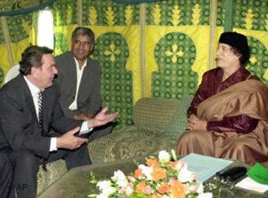 القذافي والمستشار الالماني شرودر. الصورة: أ ب