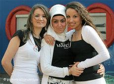Schülerinnen mit und ohne Kopftuch; Foto: dpa