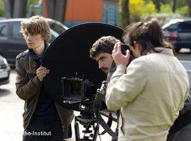 Jugendliche arbeiten an dem Kurzfilm 'Der Mann und die Puppe'; Foto: Goethe-Institut