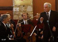 Daniel Barenboim and members of the Orchestra for Gaza (photo: AP)