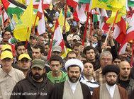 الصورة د ب ا، متظاهرون مؤيدون لحزب الله وحماس في بيرت