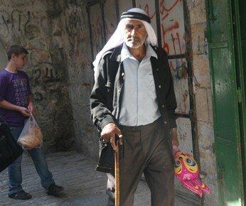 مواطن فلسطيني في البلدة القديمة من الخليل، الصورة مهند حامد