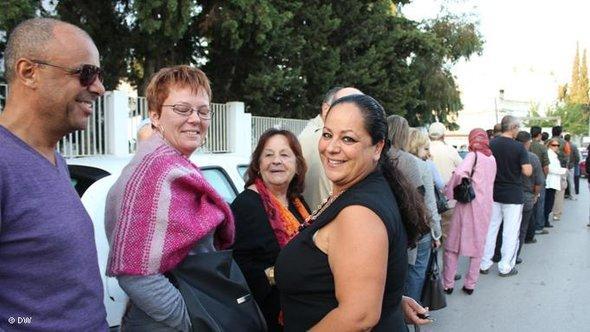 ابتسامة وتفاؤل ن وطابور طويل من الناخبين في انتظار الإدلاء بأصواتهم