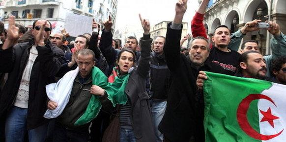 محتجون جزائريون