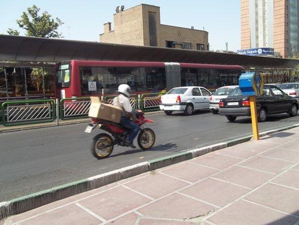 طهران العاصمة ، مختنقة بالسيارات والمباني، الانوار تضيء الشوارع بكثافة لا تدل على وجود تقشف في استهلاك الطاقة
