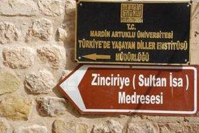 Sign showing the way to Zinkiriye University (photo: Sonja Galler)