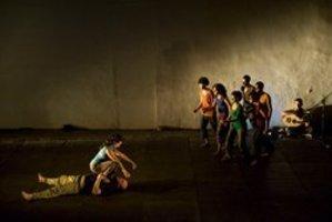 العمل المسرحي دروس من الثورة