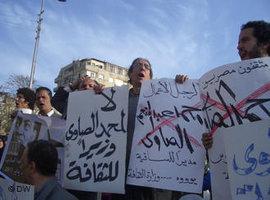 Mohammed Hashim (m.) während einer Demo auf dem Tahrir-Platz gegen die Ernennung von Mohammad al-Sawi als neuen Kulturminister; Foto: DW