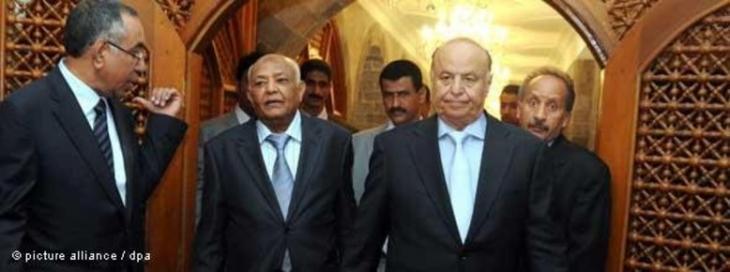 وزير العدل اليمني (يمين) ورئييسس الوزراء اليمني (وسط)