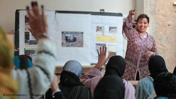 A group of women in a class in Morocco (photo: DW/KfW Bildarchiv)