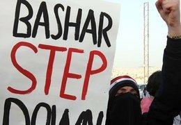 Demonstrant hält Transparent mit der Aufschrift Bashar step down; Foto: dpa