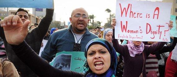 Demonstration von Frauenrechtsaktivistinnen und Anhängern der Demokratiebewegung gegen Polizeigewalt in Kairo; Foto: dapd/AP