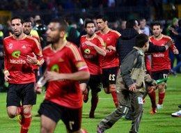 Al-Ahli-Spieler fliehen vom Spielfeld im Stadion von Port Said; Foto: dpa