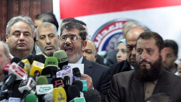 محمد مرسي، الإخوان المسلمون، دب ا