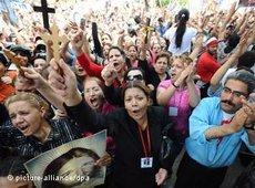 Egyptian Coptic Christians hold crosses and shout slogans during a protest in front of the state television building in Cairo, 13 May 2011 (photo: picture alliance/dpa)