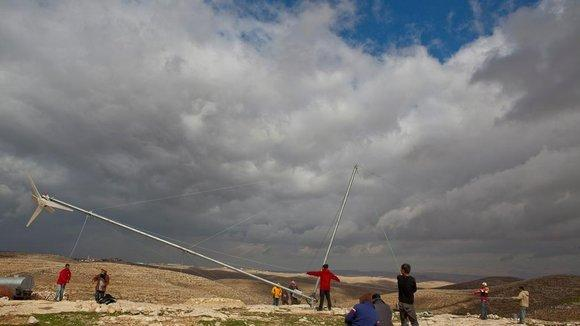 NGO workers build a wind power plant in the West Bank (photo: DW)